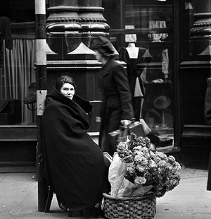 rsz_flower-seller-corner-of-grafton-street-dublin-ireland1946-by-lee-miller-824-395